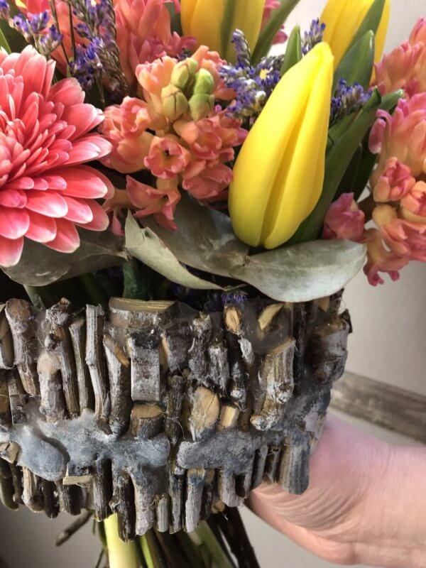 Букет из гербер, тюльпанов, гиацинтов и декоративной зелени на деревянном каркасе
