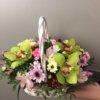 Корзинка с цветами - орхидеей, хризантемами и декоративной зеленью