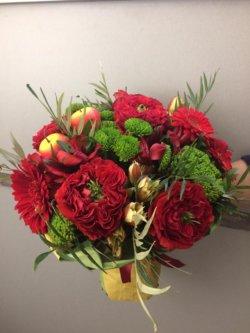 Букет с пионовидной розой сорта Ред Монстр, зеленой хризантемы и декоративной зелени