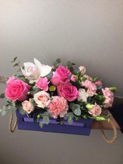 Цветочная композиция в виде ящика с розами, орхидеей и декоративной зеленью