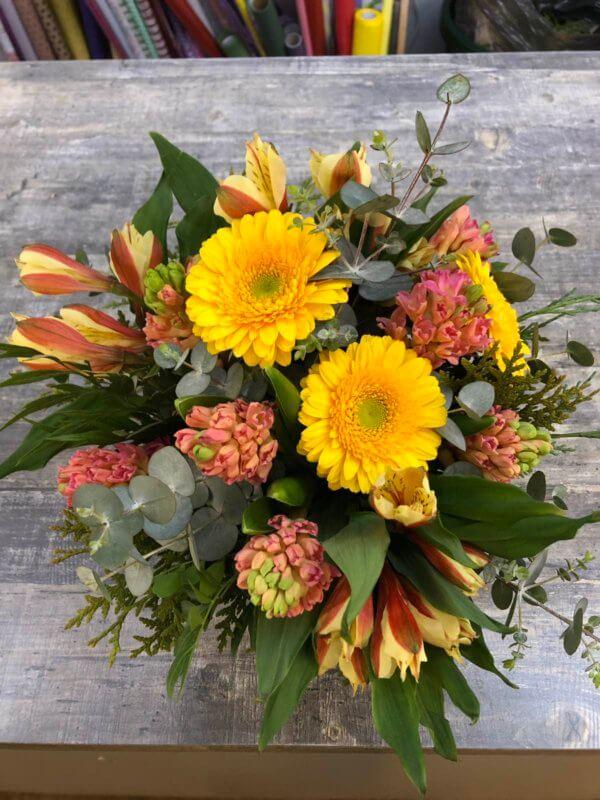 Букет с желтыми герберами, гиацинтами, эвкалиптом и декоративной зеленью
