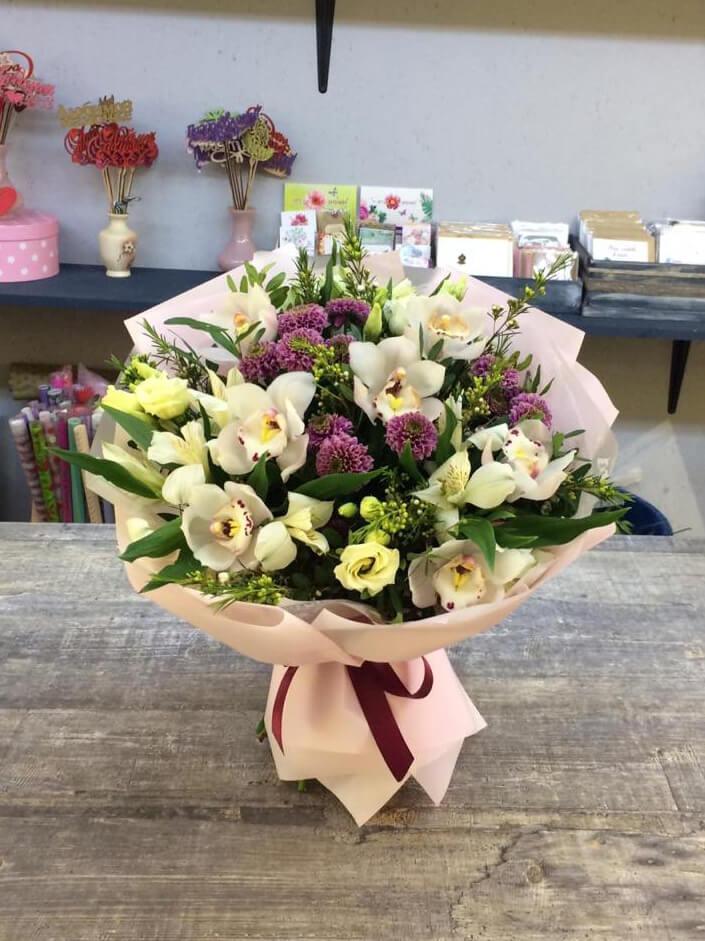Букет из орхидей, кустовых хризантем, роз и декоративной зелени