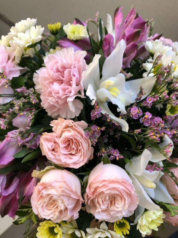 Букет из пионовидных роз, альстромерий, хризантем, кустовых хризантем и декоративной зелени