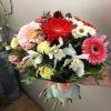 Букет их хризантем, орхидей, кустовых хризантем и декоративной зелени в упаковке из крафта