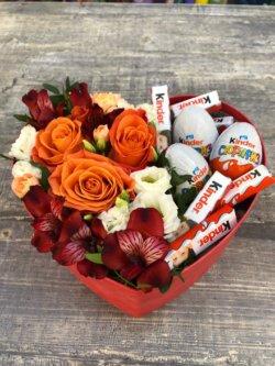 Коробка в форме сердца с розами, альстромериями, эустомой и киндерами
