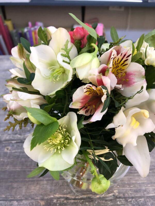 Букет с альстромерией и орхидеей