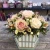 Шестигранная коробка с белыми розами, альстромериями и кустовыми хризантемами