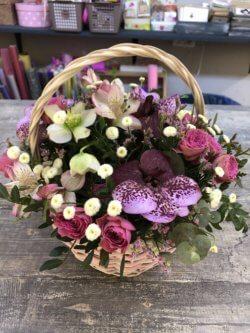 Корзина орхидей, кустовых роз, кустовых хризантем, альстрмерий и эвкалипта