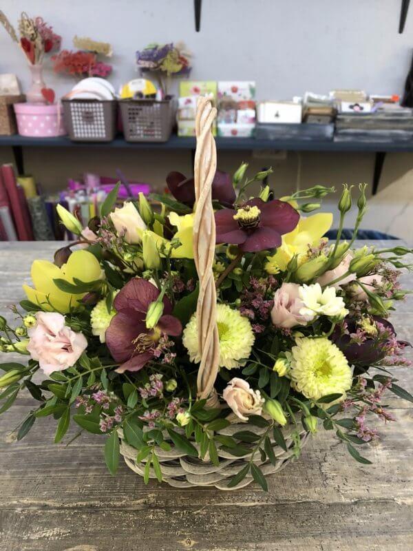 Корзина с белыми хризантемами, орхидеями и декоративной зеленью