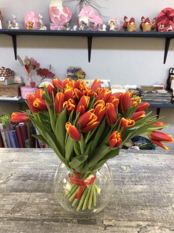 Букет из 45 красных тюльпанов с оранжевыми краями