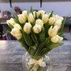 Букет из 25 белых тюльпанов с ленточкой