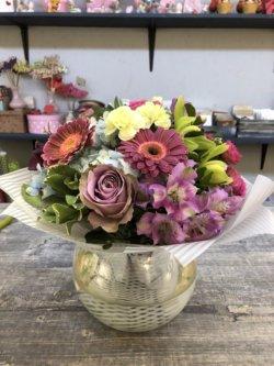Букет из гербер, роз, альстрмоерий и декоративнйо зелени в крафтовой упаковке