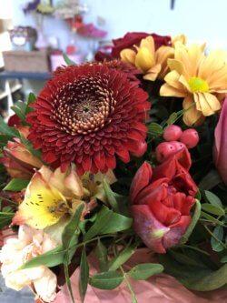 Букет с розами, гиперикумом и декоративной зеленью