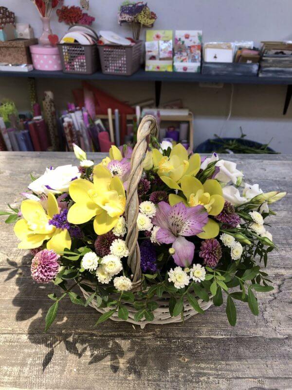 Корзина с орхидеей, кустовой хризантемой и декоративной зеленью