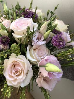 Букет из роз, кустовых хризантем и декоративной зелени