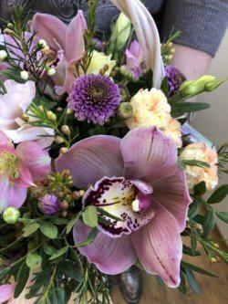 Корзинка из орхидей, альстромерий, хризантем и декоративной зелени