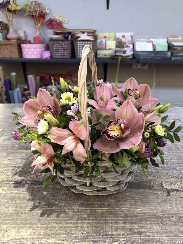 Корзина с розовыми орхидеями и хризантемами