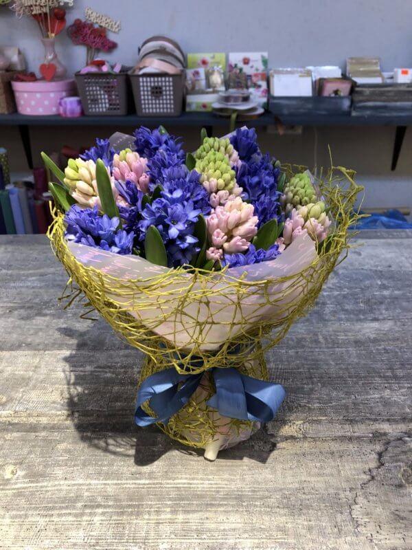 Букет из синих и розовых гиацинтов в упаковке из сетки и фетра