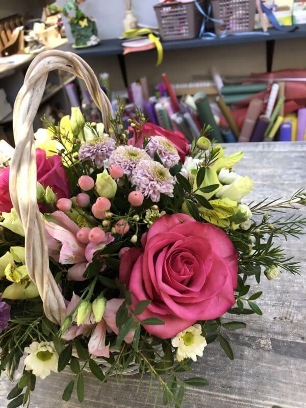 Корзинка с розами, кустовыми хризантемами, альстромериями и декоративной зеленью