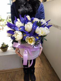 Шляпная коробка с белыми тюльпанами и синими ирисами