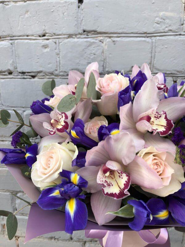 Букет с орхидеями,розами и ирисами