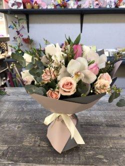 Букет из орхидей, роз и эвкалипта