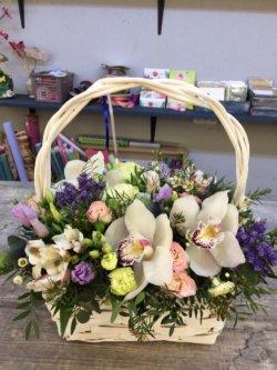 Корзинка с орхидеями, кустовыми розами и декоративной зеленью