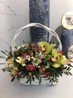Корзина с орхидеями,тюльпанами,альстромерией и зеленью
