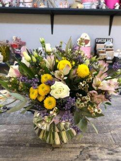 Букет с кустовой розой,лизиантусом,альстромерией,хризантемой сантини и зеленью