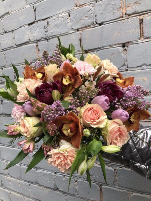 Букет с сиренью, орхидеями, розами, тюльпанами и альстромериями