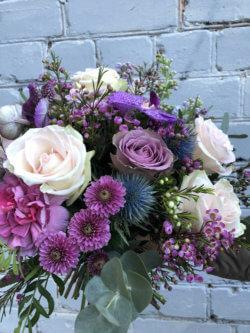 Букет с орхидеями, розами, кустовыми хризантемами и декоративной зеленью