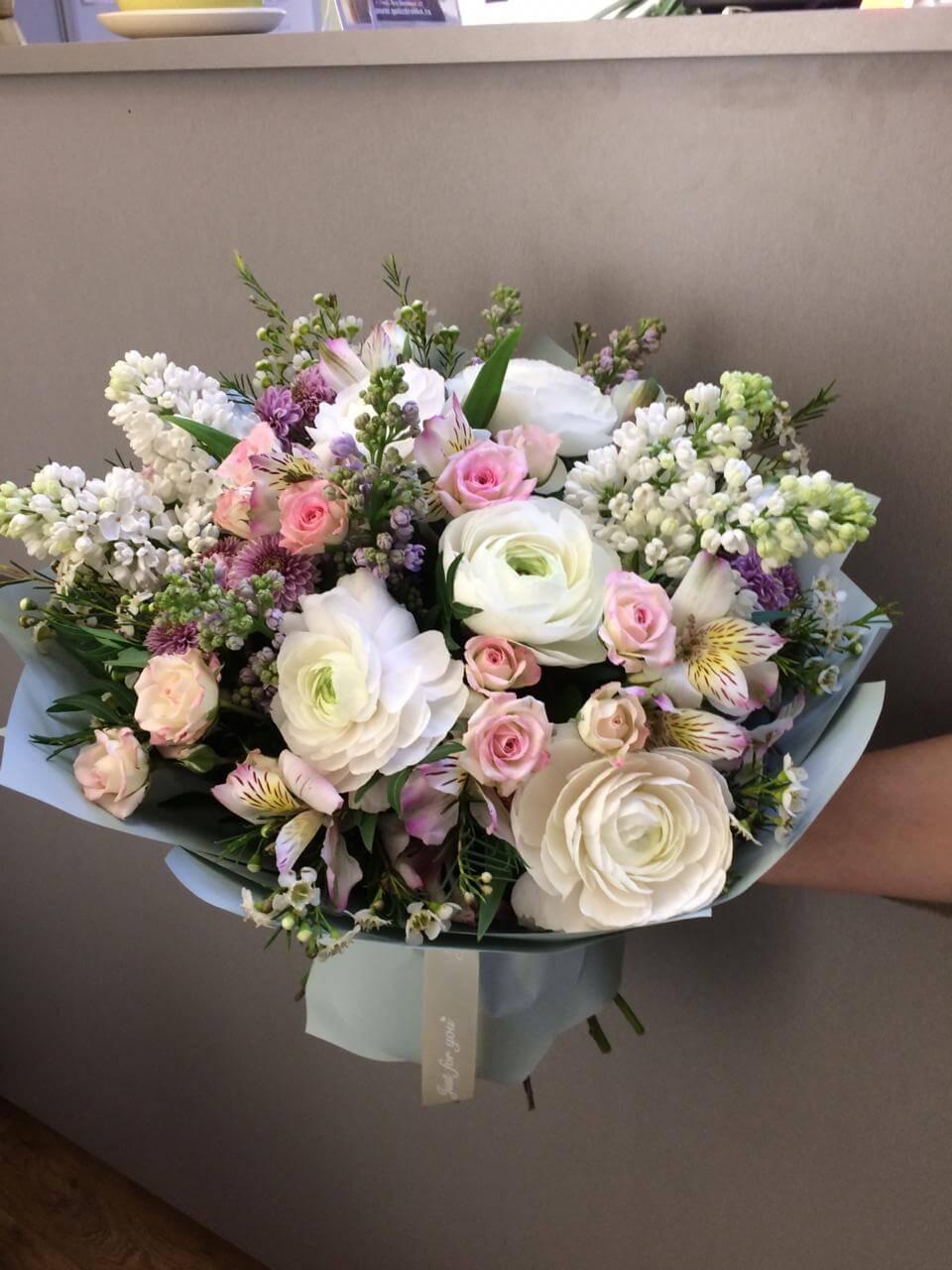 Букет с ранункулюсами, кустовыми розами, сиренью и декоративной зеленью