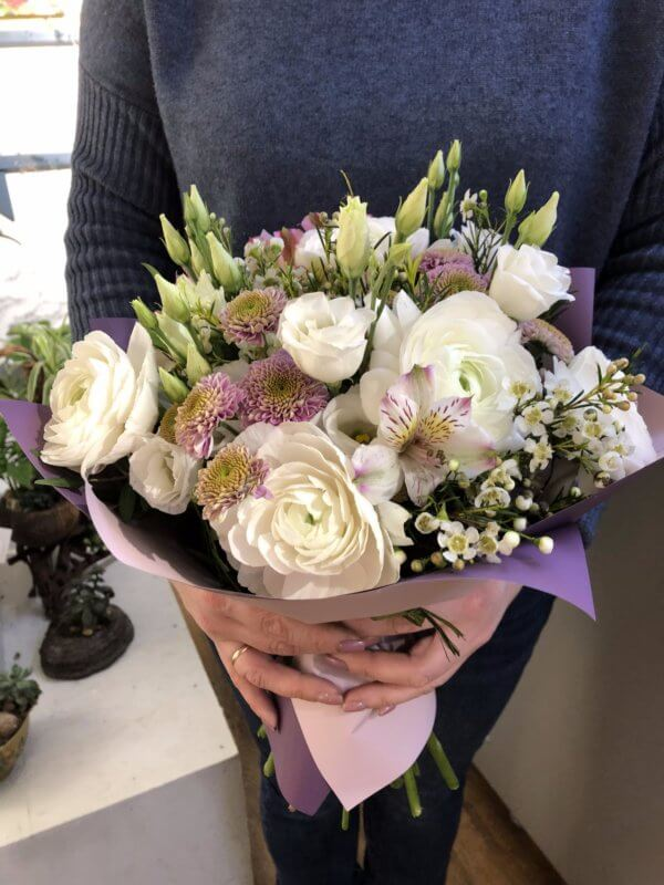 Букет с ранункулюсами, розами, кустовыми хризантемами и декоративной зеленью