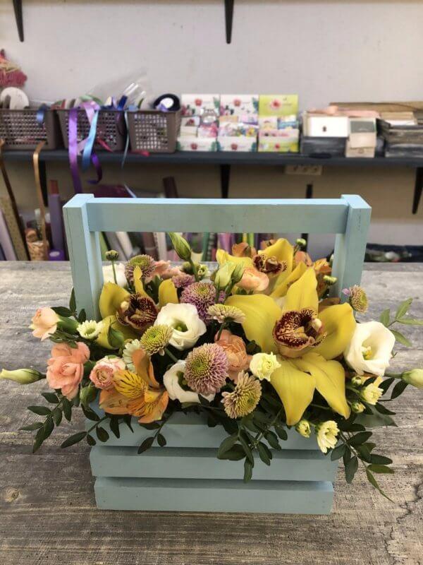 Ящик с цветами: желтые орхидеи, хризантемой кустовой, альстромерией и декоративной зеленью
