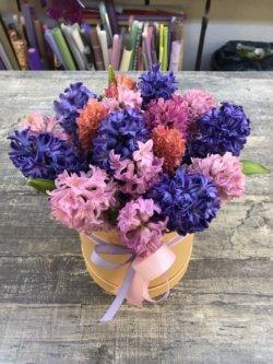 Шляпная коробка с гиацинтами фиолетового, сиреневого, оранжевого и розового цвета