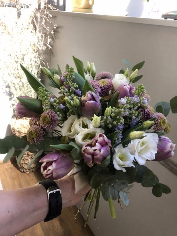 Весенний букетик с тюльпанами,сиренью и лизиантусом