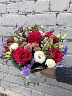 Букет в упаковке с малиновой розой, кустовыми хризантемами, ранункулюсами и декоративной зеленью
