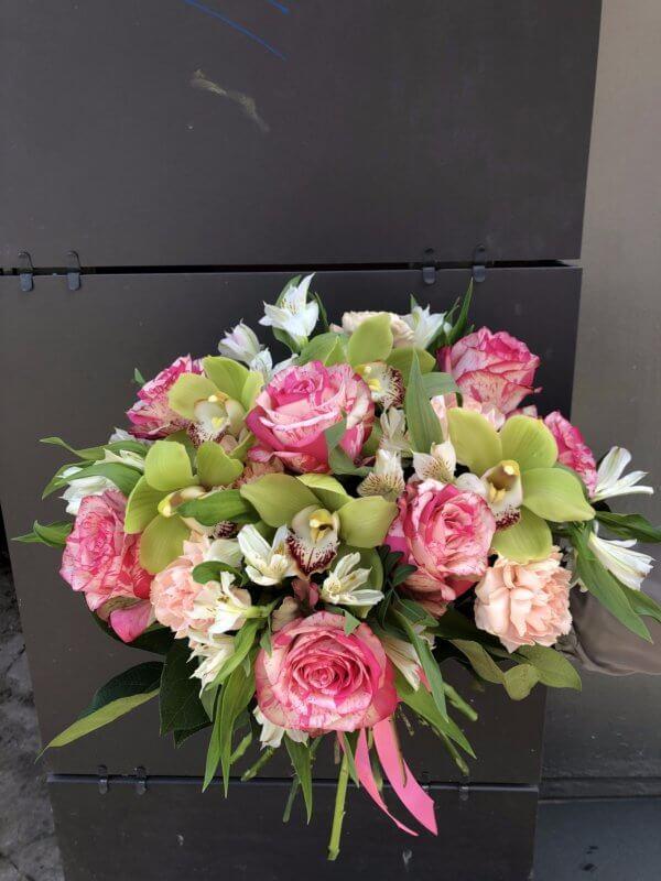 Букет из розово-белой пятнистой розы, орхидеи, альстромерий и декоративной зелени