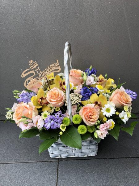 Корзинка с розами, орхидеями, гиацинтами, кустовыми хризантемами и декоративной зеленью