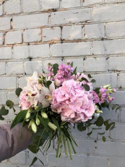 Букет из розовых гортензий, матиолы, белой орхидеи, альстромерий, эустомы, эвкалипта и декоративной зелени