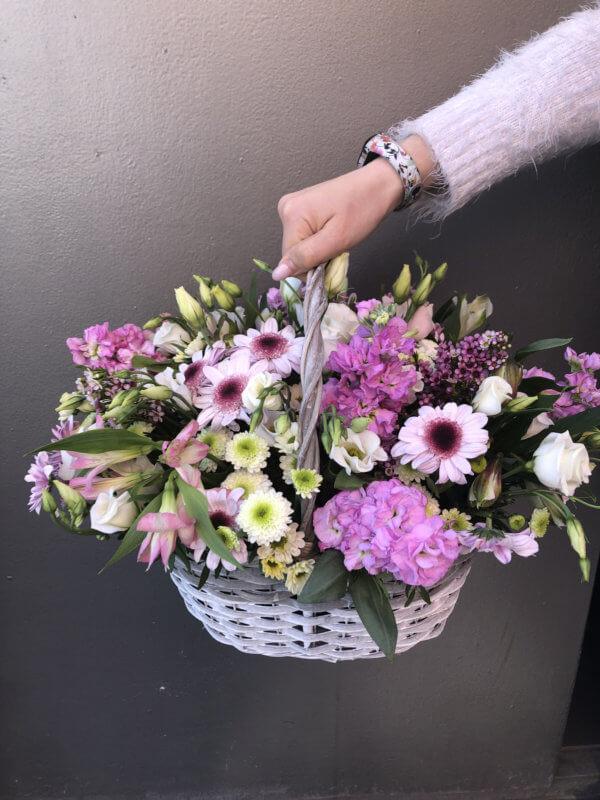 Корзина из кустовых хризантем, альстромерии, эустомы, матиолы, хамилациума и декоративной зелени
