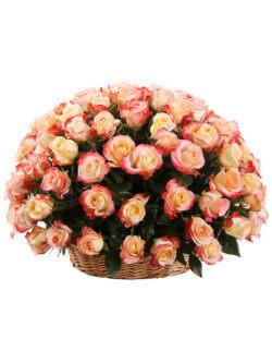 101 роза кабарет в корзине