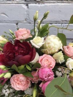 Ящик цветов с красным пионом, пионовидным тюльпаном, кустовой розой, эустомой и декоративной зеленью
