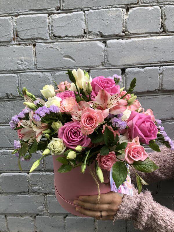 Шляпная коробка с розами, эустомой и декоративной зеленью на оазисе