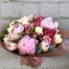 Букет с пионами и пионовидными тюльпанами в крафтовой упаковке