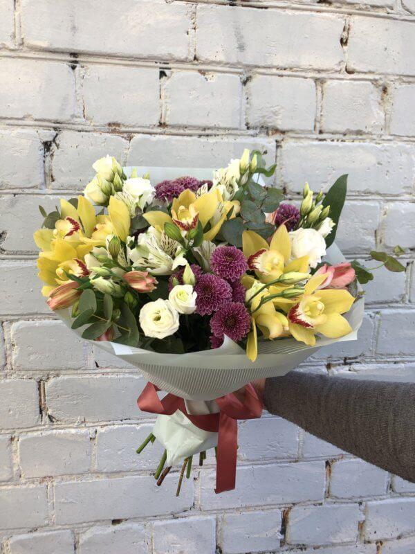 Букет с орхидеями, хризантемами, эустомой и декоративной зеленью в упаковке из фетра