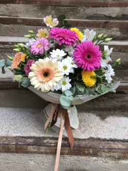 Букет с герберами, хризантемой, эустомой и декоративной зеленью в упаковке
