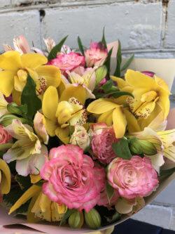 Букет с орхидеями, кустовой розой, альстромерией и декоративной зеленью в крафтовой упаковке