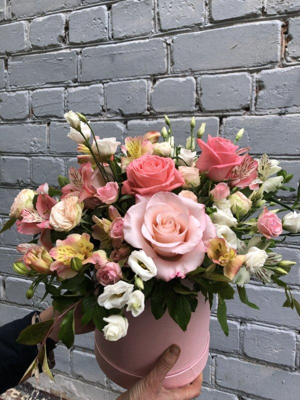 Коробка с розами, эустомой, альстромерией и декоративной зеленью