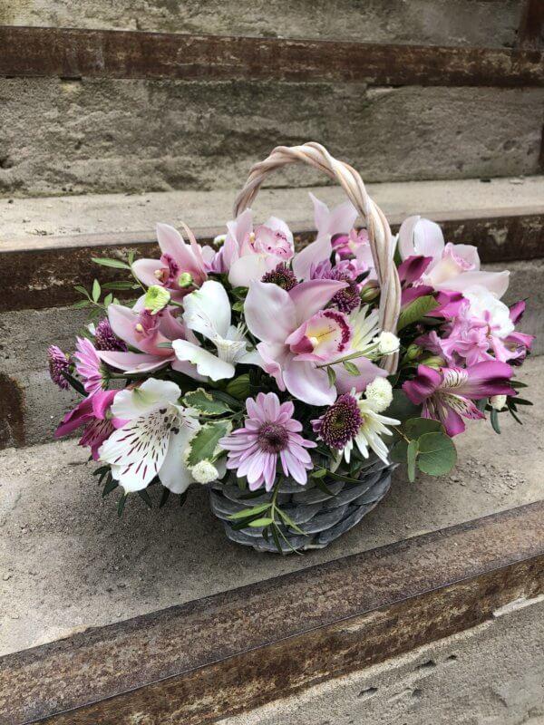Корзина с орхидеями, хризантемой, альстромерией и декоративной зеленью